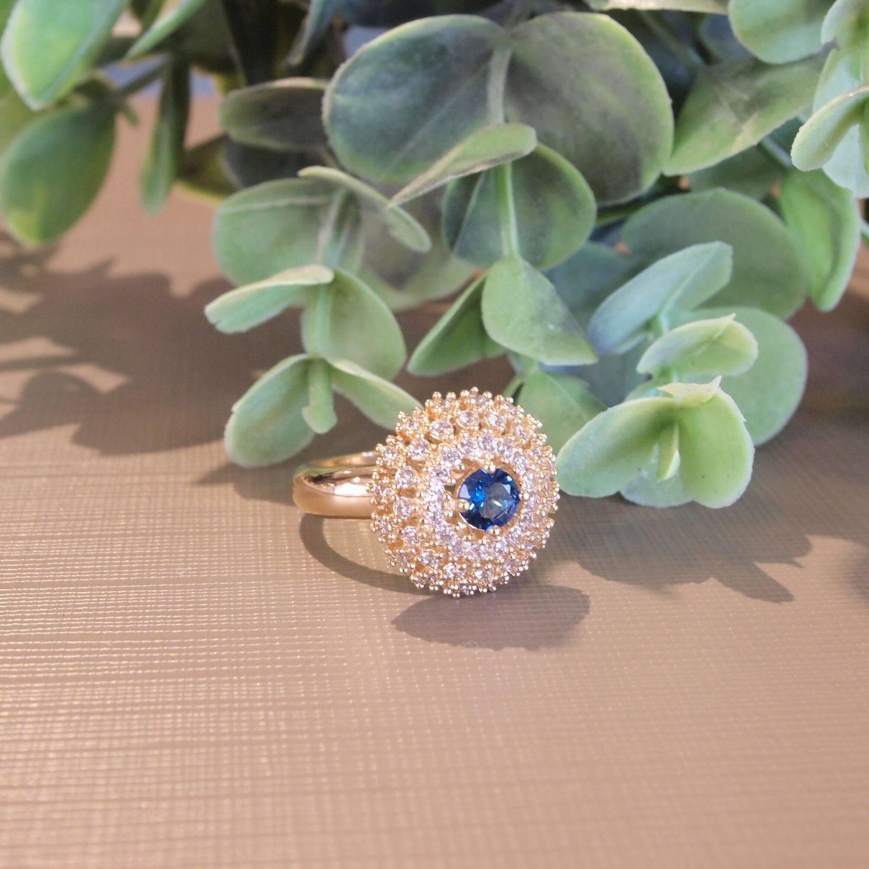 Anel semijoia Cristal azul redondo e zircônias banhado a our
