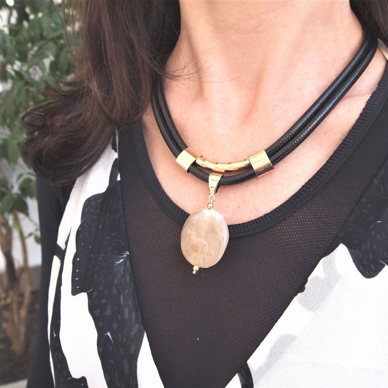 Colar  semijoia Egípcio resina oval marmorizada cordão black