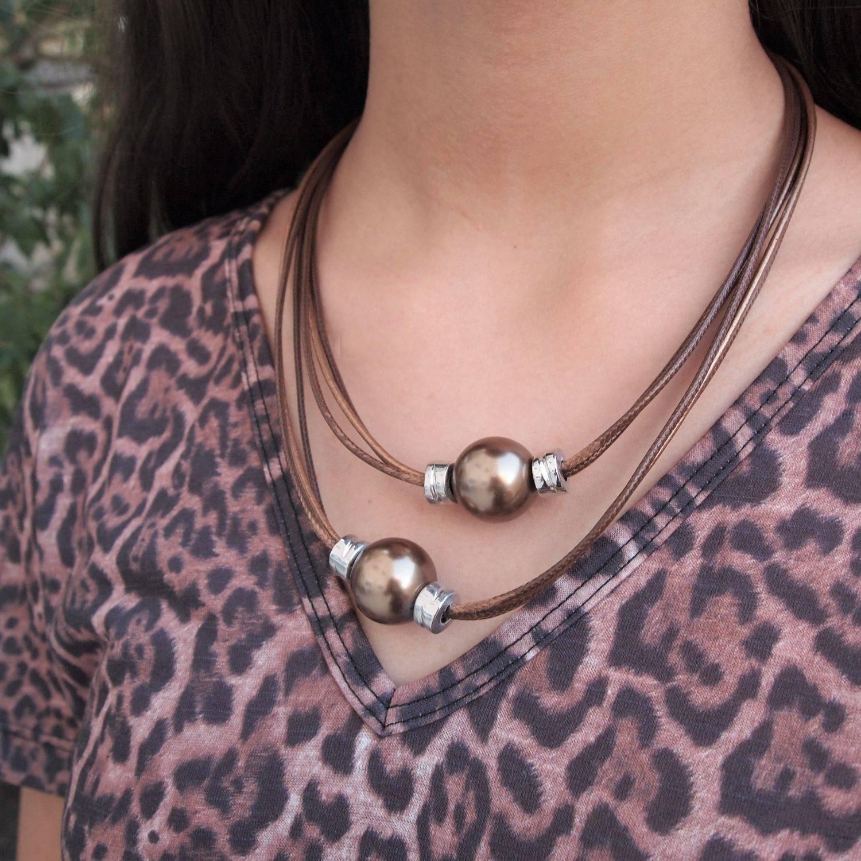 Colar de couro feminino semijoia pérola marrom couro bronze
